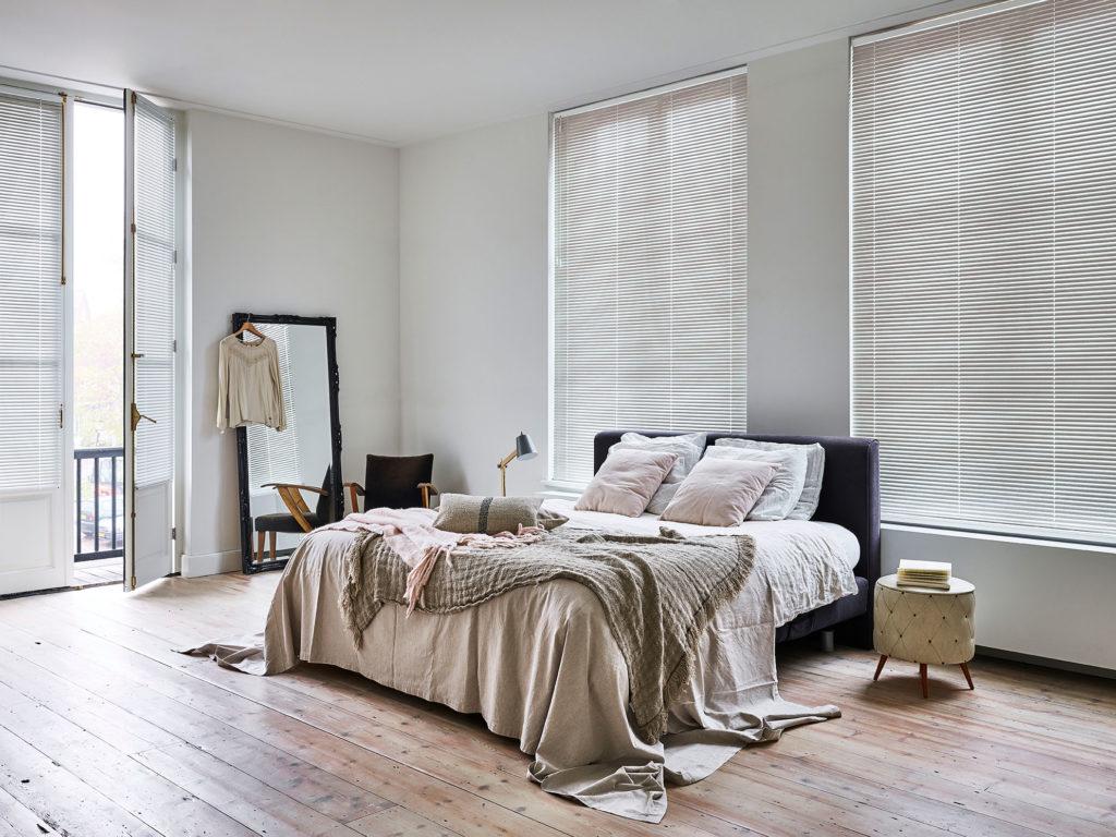 25 mm. persienner i soveværelse