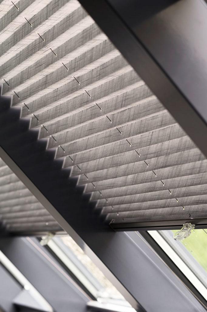 Plisségardiner i skrå vindue