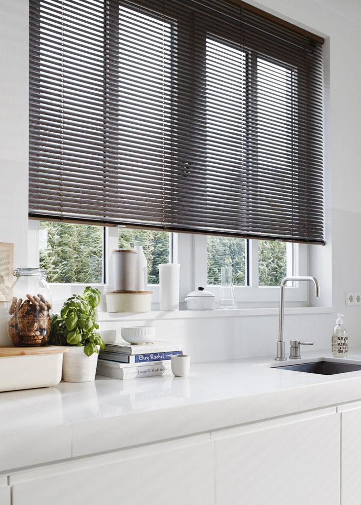 25 mm. persienner i køkkenet