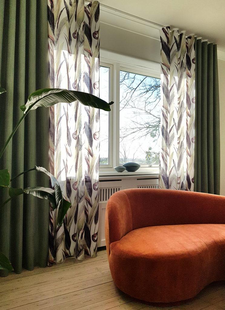 Indretning med to slags gardiner