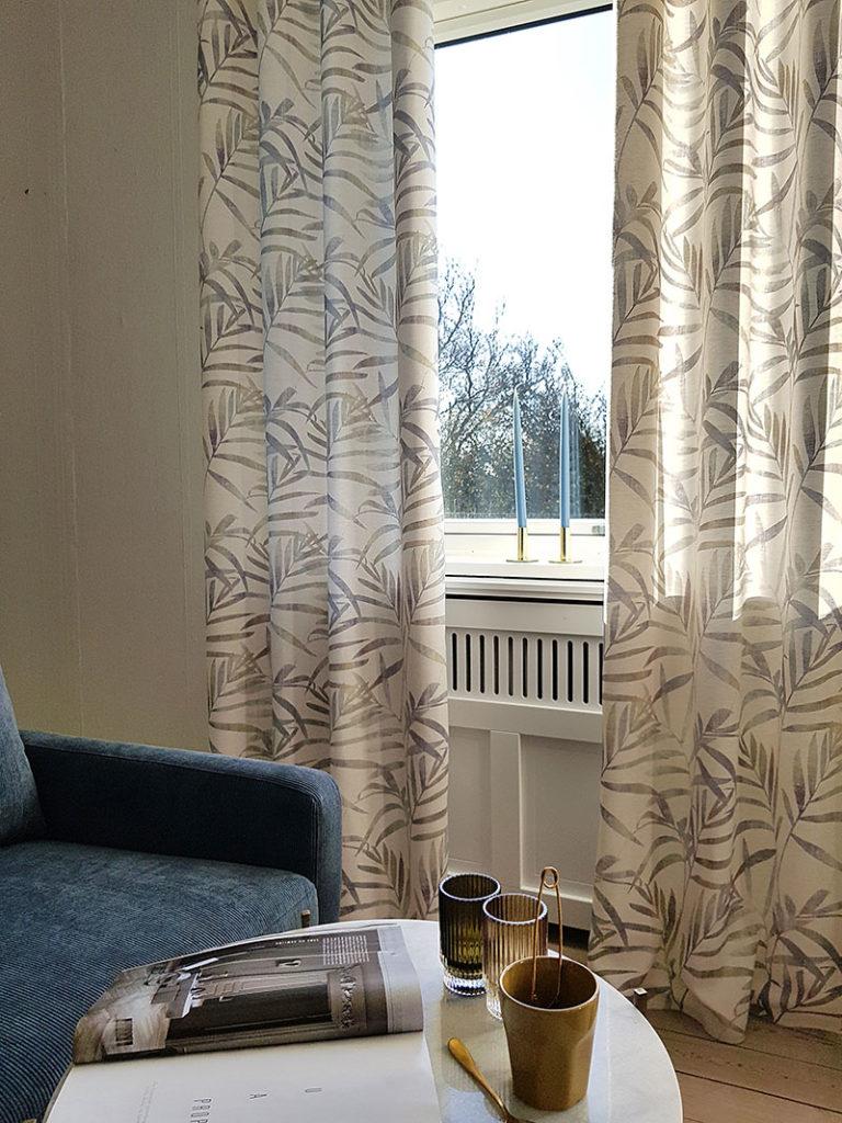 Lyse gardiner med blade i beige