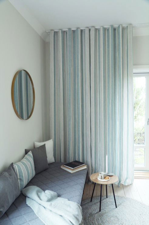 Lange lyseblå gardiner