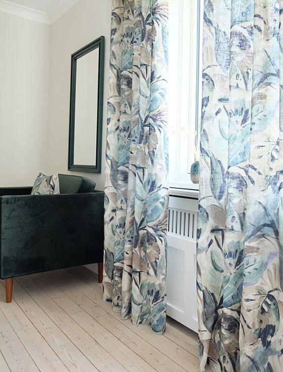 Lange gardiner i blåt mønster