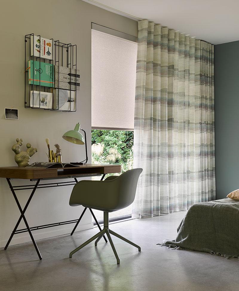 Rullegardin og lange gardiner værelse