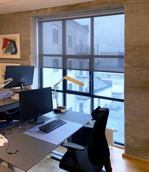 Screen rullegardin på kontor