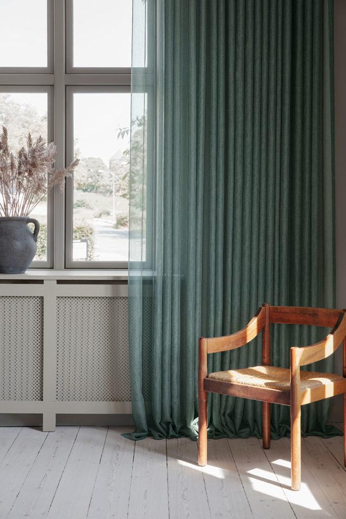Grønne gardiner med vævet struktur