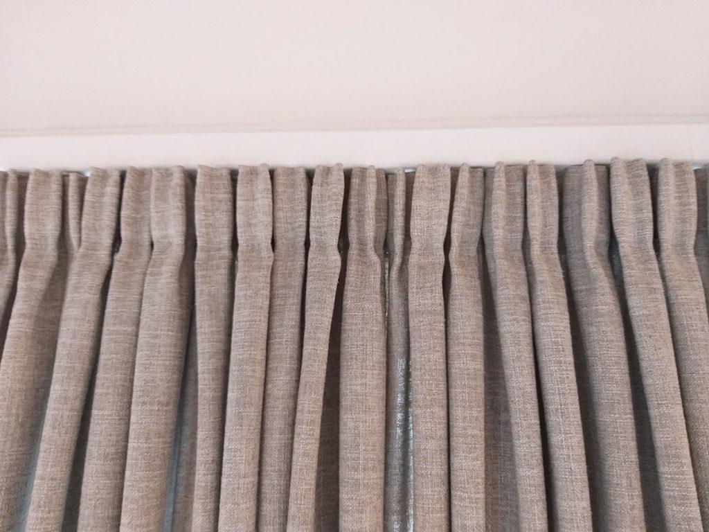 Lange gardiner i skjult gardinskinne